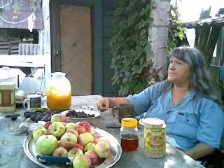 Людмила Резник.  Летний завтрак во дворе