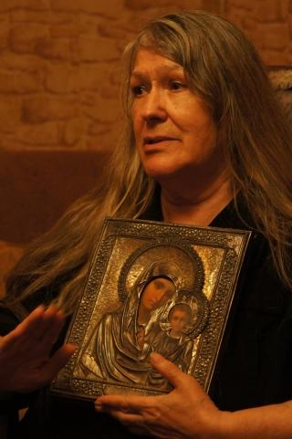 Людмила Яковлевна с иконой Божьей Матери 'Казанская'