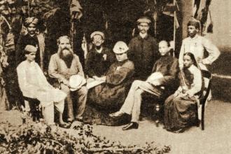 Е.П. Блаватская и Г.С. Олькотт с индискими теософами в Бомбее, ориентировочно 1879 или 1880 г.