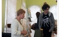 Наша сотрудница Людмила Денисова беседует с покупателем